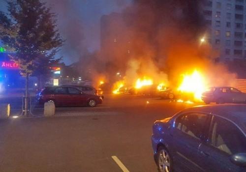 Grupos de jóvenes incendian cerca de 100 autos