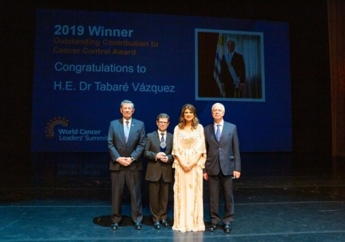 Presidente Vázquez recibe premio internacional por lucha contra el cáncer